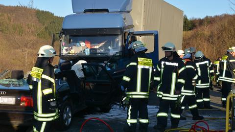Der Fahrer prallte mit seinem Wagen frontal in den entgegenkommenden Lkw.