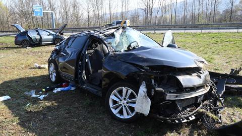 Die beiden Unfallwagen wurden schwer beschädigt.