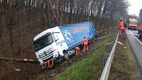 Der Lkw kam von der A4 ab und landete in der Böschung.