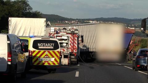Ein Rettungswagen steht an der Unfallstelle auf der A4.