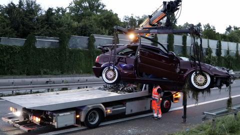 Das Auto wird auf einen Abschleppwagen gehoben.