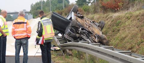 Rettungskräfte stehen an der Unfallstelle auf der A45.