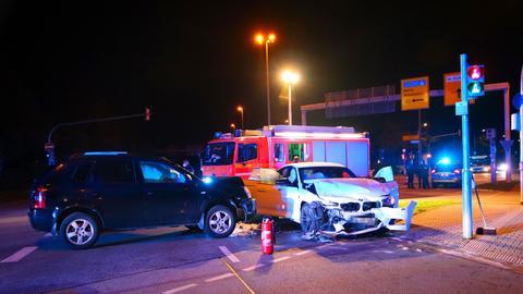 Zwei Autos und Rettungskräfte nach Zusammenstoß auf Kreuzung