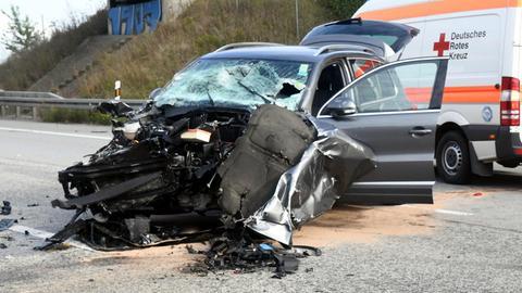 Das Auto ist völlig zerstört.