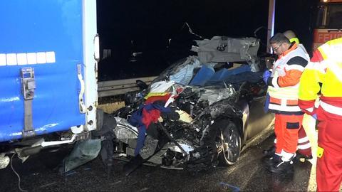 Unter den Lkw geraten: Der zertrümmerte Wagen auf der A3-Raststätte Medenbach