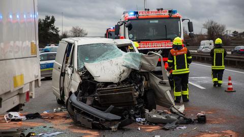 Zerstörte Front des Kleinlasters, Einsatzkräfte der Feuerwehr, Polizeiwagen