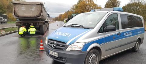 Durch einen Lastwagen wurde ein Bauarbeiter an der A44 getötet.