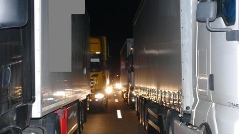 Nebeneinander stehende Lkw blockieren die Bildung einer Rettungsgasse auf der A5.