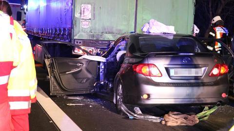 Das Auto fuhr unter einen Lkw.