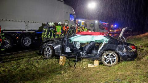 Einsatzkräfte bei einem Unfall auf der A66