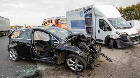 Beschädigte Autos am Donnerstag auf der A3 bei Bad Camberg.