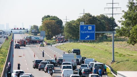 Autos stauen sich vor einer Unfallstelle auf der A5