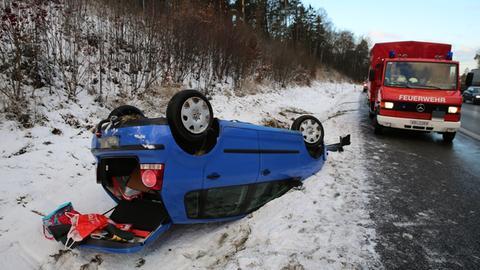 Auf winterglatter Fahrbahn auf der A5 bei Alsfeld überschlug sich ein Auto und landete auf dem Dach im Graben