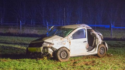 Das zerstörte Auto auf dem Feld.