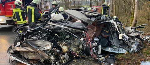 An der Motorhaube eingedrücktes Auto, in dem ein 74-Jähriger bei einem Unfall bei Bromskirchen starb