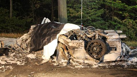Völlig zerstörtes Auto nach Unfall in Offenbach