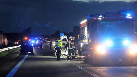 Feuerwehrwagen und Einsatzkräfte auf der Autobahn.