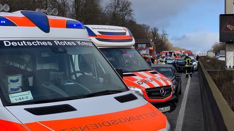 An der Unfallstelle auf der A5 sind viele Helfer im Einsatz.