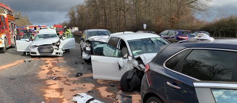 Einige der demolierten Fahrzeuge auf der A5 in der Wetterau