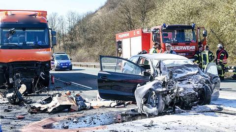 Unfall auf der Bundesstraße, ein Auto ist stark beschädigt, beim LKW fehlt ein Teil