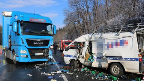 Ein LKW und ein Kleinbus stehen nach der Kollision quer auf der Straße