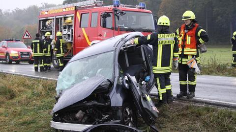 Beschädigtes Auto an einer Straße, Feuerwehr im Einsatz