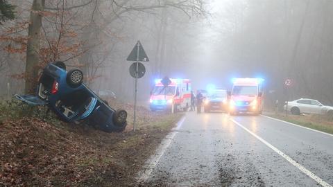 Der verunfallte Wagen sowie Rettungskräfte an der Unfallstelle nahe Babenhausen.