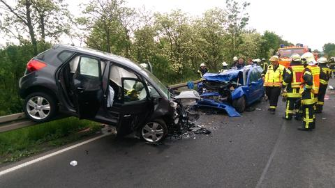Zwei schwer beschädigte Autos nach einem Unfall bei Bad Hersfeld