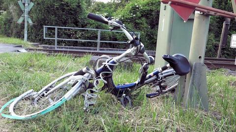 Demoliertes Rad nach Unfall bei Lorsch