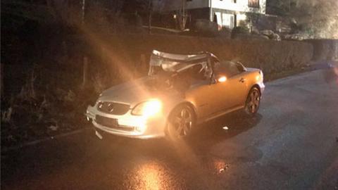 Das beschädigte Auto nach dem tödlichen Unfall in Battenberg.
