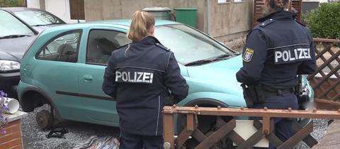 Polizistinnen stehen vor dem Unglücksfahrzeug.
