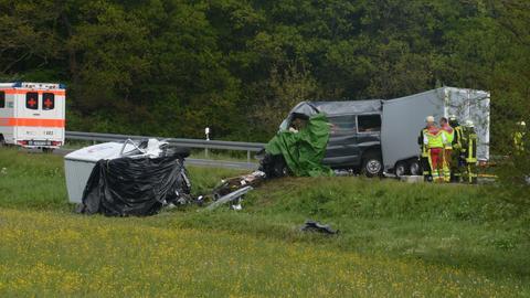 Die Unfallfahrzeuge (eines liegt in Wiese) und ein Rettungswagen