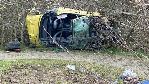 Der zerstörte Unfallwagen an der A5.