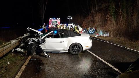 Autowracks und Einsatzkräfte am Unfallort