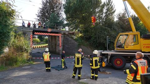 Beschädigte Eisenbahnbrücke nach einem Unfall mit einem Sattelzug bei Kaufungen-Niederkaufungen (Kassel)
