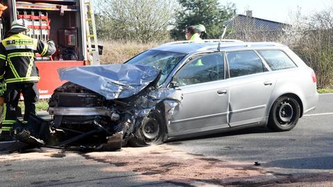 Das Auto ist an der Front völlig zerstört.