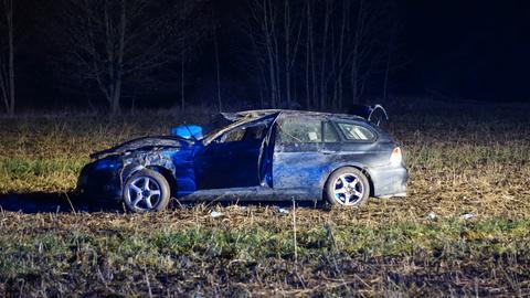 Unfallauto steht im Acker