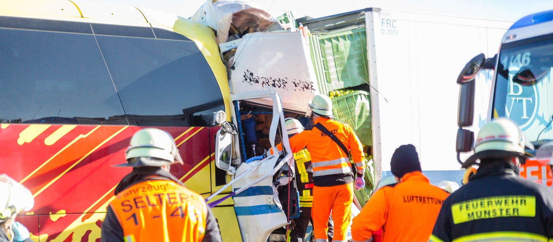 Einsatzkräfte am Unfallort auf der A3 Bild © wiesbaden112