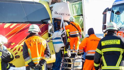 Einsatzkräfte am Unfallort auf der A3
