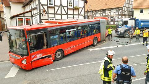 Ziehharmonika-Bus mit zerstörter Fahrerseite, Lkw, Einsatzkräfte