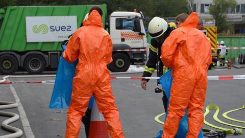 Einsatzkräfte auf dem Gelände der Entsorgungsfirma
