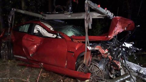 Ein Auto ist nach dem Unfall auf der A67 völlig zerbeult.