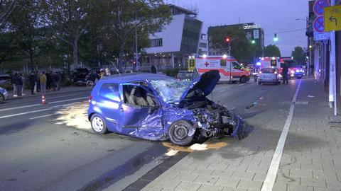 Ein Autowrack steht quer auf einer Straße in Darmstadt.