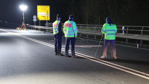 Polizisten nehmen den Unfall auf der B27 auf.