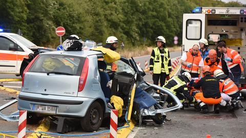 Rettungssanitäter betreuen einen Schwerverletzten
