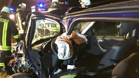 Der Fahrer dieses Autos wurde in Edertal schwer verletzt.