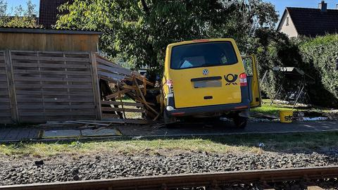 Das Postauto landete in einem Holzzaun.