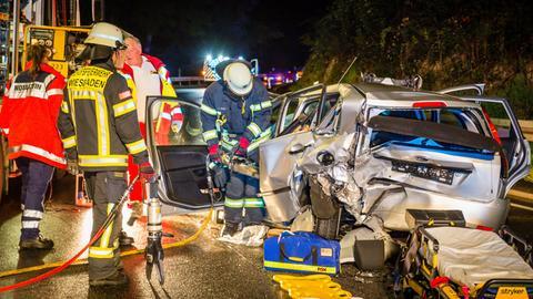 Einsatzkräfte befreien die verletzte Frau aus ihrem Auto.