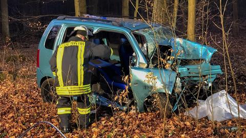 Der Unfallwagen im Wald bei Eiterfeld