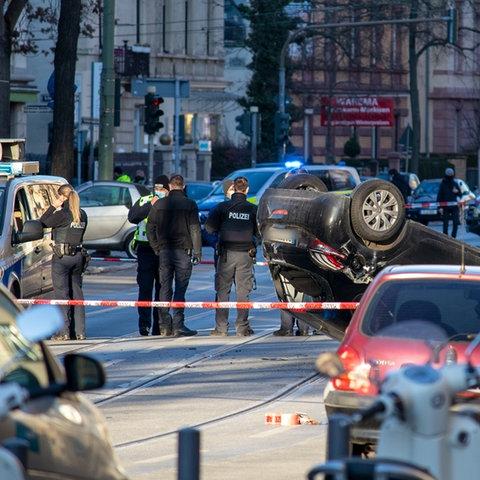 Das Auto blieb nach dem tödlichen Unfall auf dem Dach liegen.